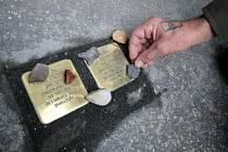 V pondělí byly v havlíčkobrodské Dolní ulici instalovány kameny zmizelých.