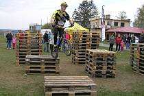 Marek Pochtiol dokáže na kole hotové divy.