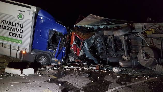U výjezdu z Havlíčkova Brodu v Lidické ulici došlo včera okolo 23. hodiny k hromadné nehodně čtyř nákladních a jednoho osobního vozidla.