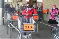 Bez čísla ani ránu. Lékárna nebo obchod. Podle mluvčí Kauflandu se vládní rozkaz na rozdíly neptá. Ilustrační foto.