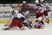 Havlíčkobrodští hokejisté (v bílém) poslední čtvrtfinálový zápas v Chomutově nezvládli, utkání pro ně nakonec skončilo krutým debaklem, když Pirátům podlehli 2:11.