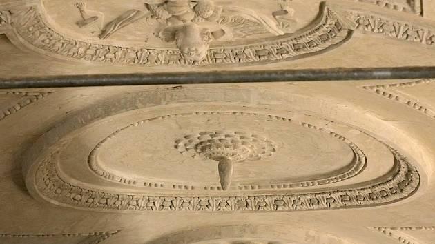 Při opravě sálu Staré radnice byly objeveny další detaily historické štukové výzdoby.