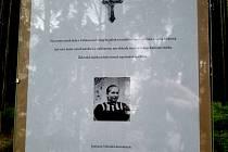 Na snímku je zachyceno sdělení, které na místě, kde došlo k vraždě Anežky Hrůzové, zanechali dva představitelé nacionalistické strany Národní demokracie.