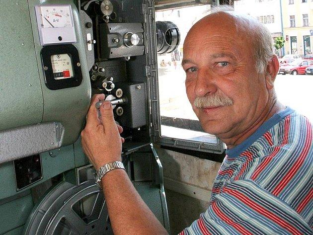 Jiří Čáslavský (na snímku) navštívil se svým pojízdným kinem (maringotka zapřažená za traktorem) desítky měst a obcí Kraje Vysočina.