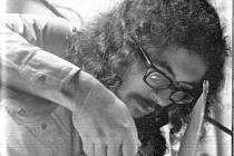 Nová Víska 1979. Jan Schneider při instalaci bicích před koncertem Plastic People of the Universe.