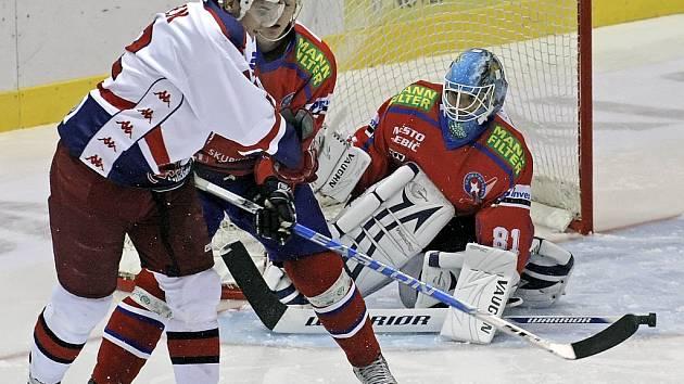 Do třetice všeho dobrého si může říkat hokejový útočník HC Rebel, Jan Knotek (v bílém), který  je po dvou operacích kolena a nyní se těší na novou sezonu.