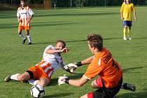 Na vlastní výkony se chtějí soustředit aktéři sobotního utkání, fotbalisté Lučice a Borové (vlevo). Zápas o  záchranářské body slibuje velký boj.