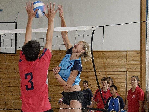 Žákyně ZŠ Wolkerova (na snímku s číslem 7 Barbora Najbrtová) vyhrály republikové finále základních škol ve volejbale v Liberci, když na finálovém turnaji ztratily jediný set.