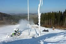 Děla jedou na Vysoké naplno. V pátek se začne poprvé lyžovat.