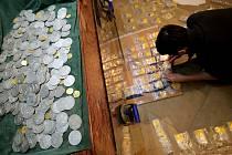 Historik Michal Kamp před převozem unikátního pokladu do Národního muzea v Praze musel nejprve všechny mince detailně roztřídit podle katalogových čísel a historických územních lokalit. Zajímavostí je, že mezi nalezenými mincemi se nachází i padělky.
