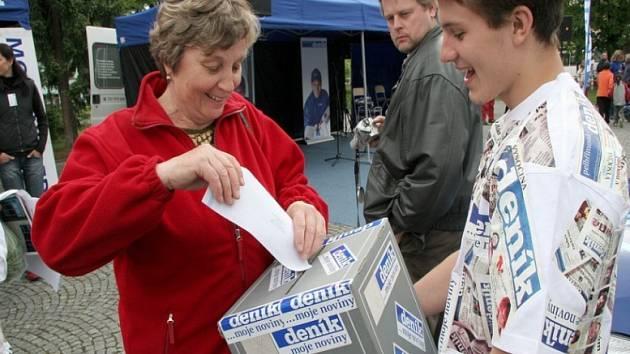 Tipujte s Deníkem. I na chotěbořském náměstí měli zájemci možnost vhodit do urny svůj tipovací lístek, a pokusit se tak vyhrát modrou fabii.