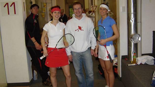 Zuzana Vacková na snímku vlevo.
