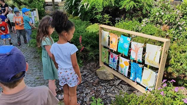 Mateřská škola Nad Tratí uzavírá školní rok výstavou obrázků dětí