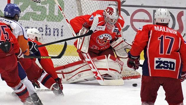 Střelnice. Hokejisté Havlíčkova Brodu (v červených dresech) si ve středu večer zastříleli. Kadaň vyprovodili sedmi góly.