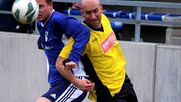 Hattrick proti Čáslavicím-Sádku nastřílel chotěbořský útočník Petr Hanousek (vpravo). Radost z něj mu překazil výsledek z Jemnicka.