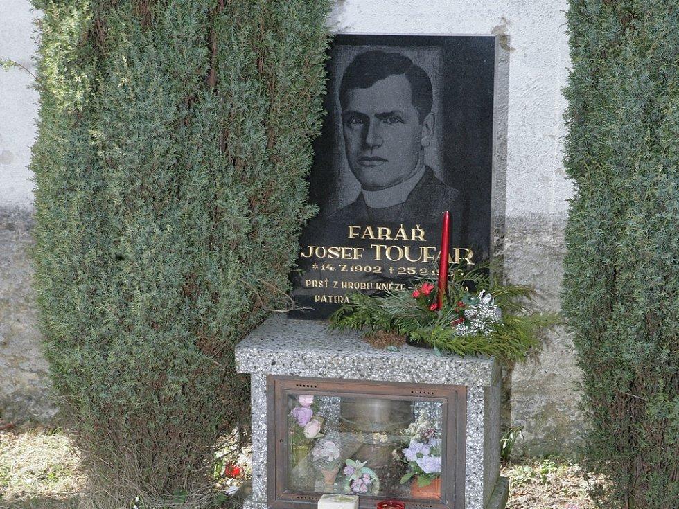 Josef Toufar. Za komunistické totality umučený kněz z Číhoště má hrob ve svém bývalém působišti.