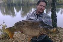 Lukáš Secký (na snímku) však na svůj feeder zapřáhl nečekanou trofejní rybu. Byl to čtrnáctikilogramový šupináč.