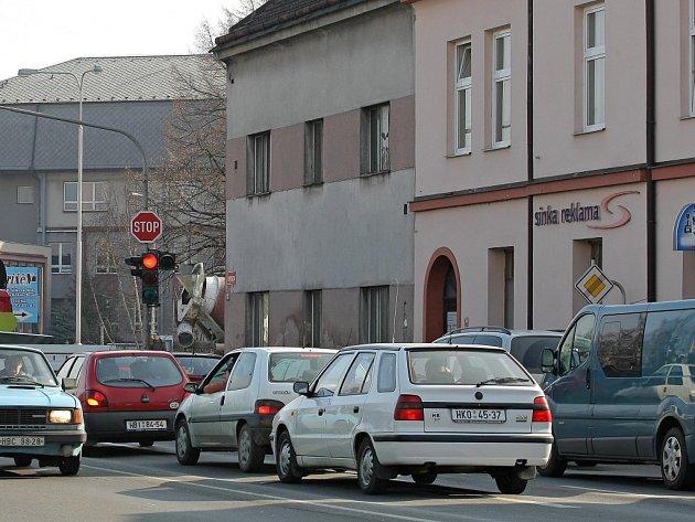 Ucpaný odbočující pruh. Tohle je každodenní obrázek na hlavní křižovatce v Havlíčkově Brodě. Vbudoucnu by už místo domu na rohu měl být vybudovaný další jízdní pruh.