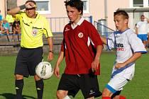 Talentovaný mladý fotbalista Pleva (v červeném).