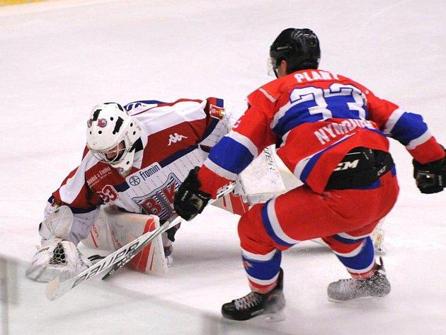 Střelecká produktivita trápila Bruslaře (ve světlém Čeněk Novák) v utkání s Nymburkem (v červeném Jakub Planý). Nakonec ale brali dva body za výhru v prodloužení.