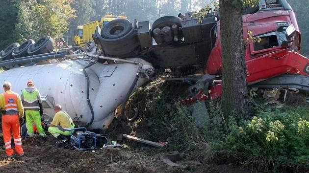 Řidič z hrozivě zdemolované kabiny vyvázl jen s lehčími zraněními.