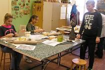 Při práci s hlínou se scházejí v AZ Centru jak úplní začátečníci, tak i zkušení výtvarníci.