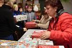 """Děti ze Základní školy v Osíku se připojily ke sbírce dárků Krabice od bot. Dárky jsou už ve sběrném místě a brzy potěší děti. """"Zabalily jsme ručně šitý polštářek, náramky pro holky, pexesa, puzzle a velké omalovánky s barvami. Už jsme dávali krabici podr"""