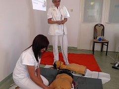 Pro kurzy laické resuscitace používá nemocnice speciální defibrilátory.