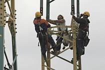 Specializovaná firma zvýšila výšku stožárů vysokého napětí na Havlíčkobrodsku.
