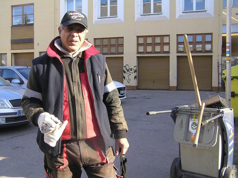 Oldřich Giňa se o čistotu města stará dvacet let.
