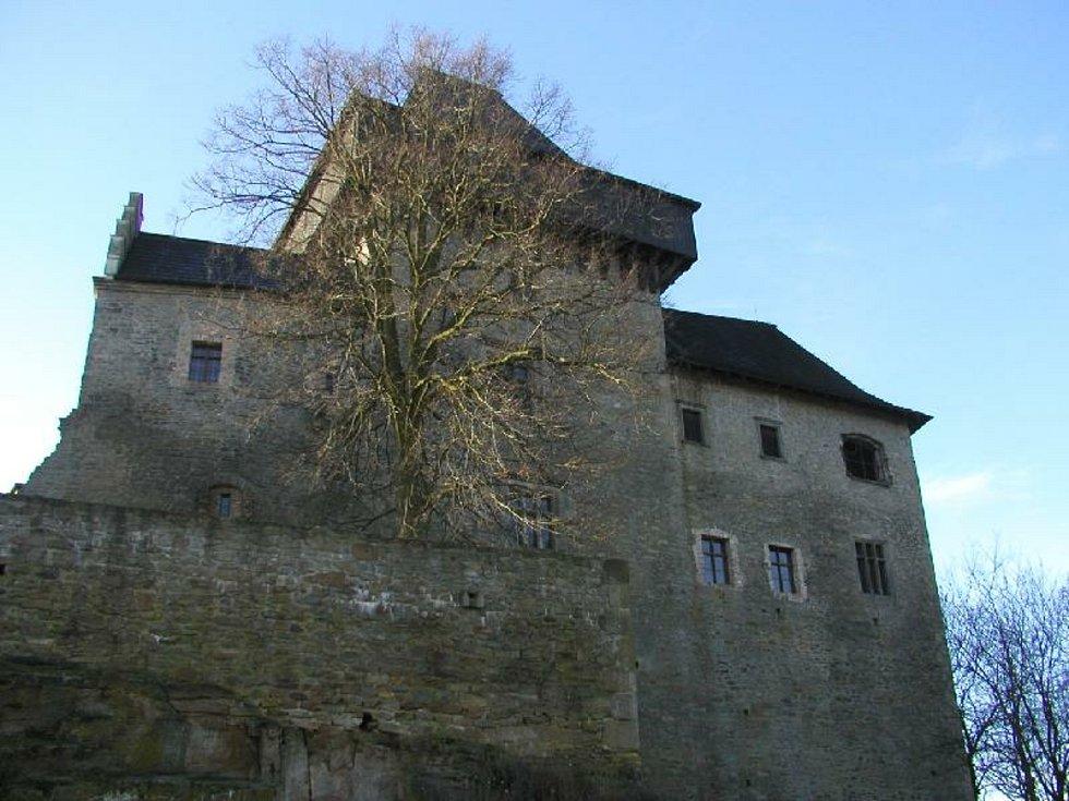 Hrad Lipnice nad Sázavou skrývá tajemné příběhy o zazděné hradní paní a vrahovi, co nenašel klid.