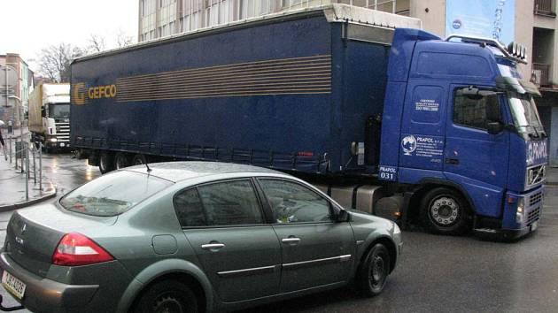 Havlíčkobrodská dopravní policie bude nyní ve městě tolerovat pouze ty nákladní soupravy, jejichž řidiči se prokážou úředně povolenou výjimkou.