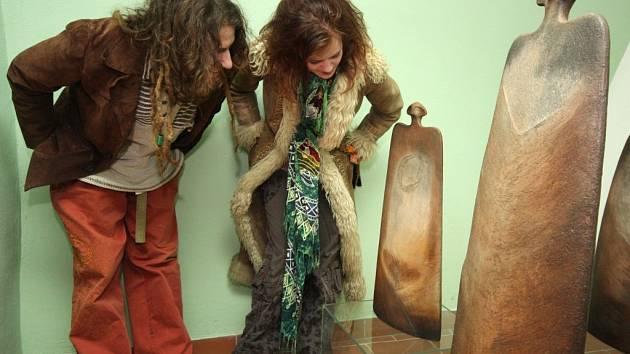 Keramiku Jany Krejzové, která už byla vystavena v Anglii, Číně, Řecku a Turecku, v havlíčkobrodské galerii obdivovali Barbora Obstová z Vilémova a Adam Trbušek z Okrouhličky.