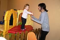 U Hrušků prostor kavárny jednoduše rozdělili. V jedné části je dětský koutek a v kavárně mají dospělí klid.