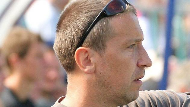"""Stále vidí nedostatky. Jeden z trenérů Velkého Meziříčí Miroslav Karpíšek ví, že po dvou vítězných zápasech zdaleka není dobojováno. """"Stále nejsme spokojeni s defenzivou. Na ní budeme muset ještě hodně zapracovat,"""" říká."""