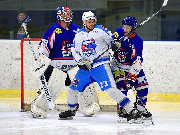 Hokejisté Světlé nad Sázavou (na snímku uprostřed Miroslav Kopecký) v posledních zápasech klopýtají. Už třikrát za sebou nevyhráli. Naposledy si neporadili s druhou Moravskou Třebovou.