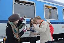 Skauti z Ledče nad Sázavou přijímají světlo, které přicestovalo vlakem z Brna. Ten vlak ho vezl dále do Golčova Jeníkova, Kutné Hory, Kolína a do Prahy.