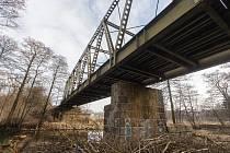 Železniční most přes řeku Sázavu.