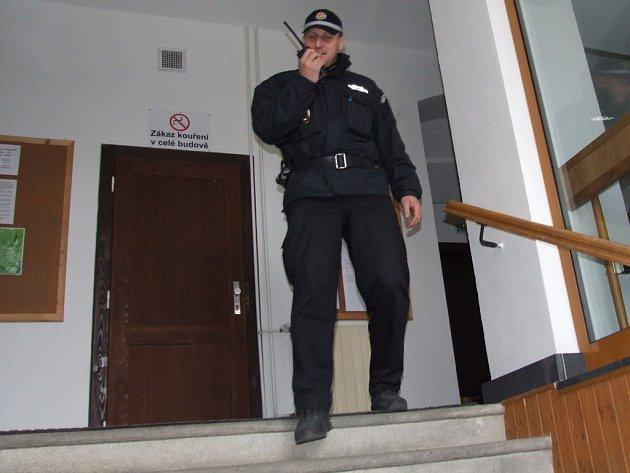 MĚSTSKÁ POLICIE VE STŘEHU. Na odsouzené k alternativním trestům bedlivě dohlížejí městští policisté. Pokud odsouzení nepracují, je jim to připočteno k tíži trestu.