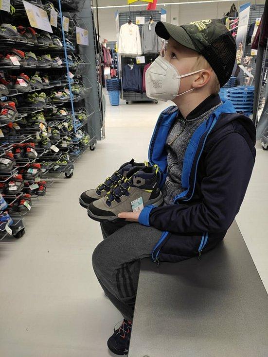 Vyzkoušet nové boty přímo v obchodě mohli po dlouhé době i rodiče sedmiletého Christiana z Jihlavy.