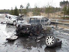 Smrt na dálnici. Sedmnáctiletý mladík, který v pátek  ujížděl policistům po dálnici D1 v autě, které ukradl svému otci, havaroval a uhořel.