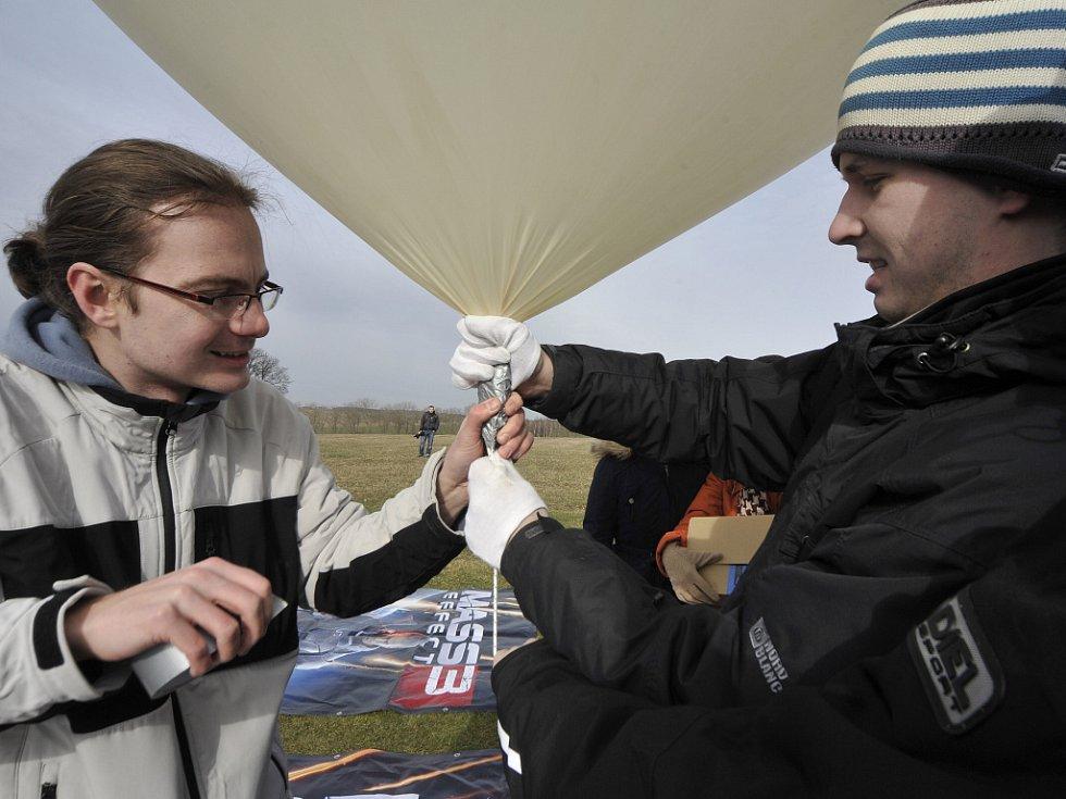 Dvoumetrový meteorologický balon naplněný heliem sondu vynesl zhruba do třiceti kilometrů.