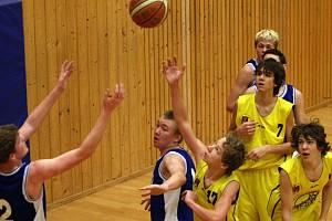 Ligoví žáci BC Vysočina (ve světlém zleva Petr Jagoš, Radek Svoboda a Michael Weber) zvládli dramatickou koncovku s Kyjovem a připsali si další ligové vítězství.