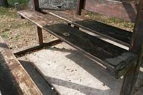 Dříve pěkné dřevěné odpočivadlo v Sopotech je otlučené, podrápané, pokryté vulgárními nápisy.