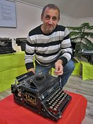 Téměř sto psacích strojů, které vlastní Vlastimil Stehno, není jednoduché uskladnit.