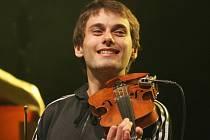 Na strunný nástroj, a také na klávesy, v kapele Jelen hraje Martin Kasal z Přibyslavi, absolvent Biskupského gymnázia ve Žďáru nad Sázavou.