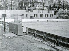 Vybudování umělé ledové plochy byl začátek. Poté následovala výstavba šaten a sociálních zařízení, na nichž se podíleli samotní občané Chotěboře.