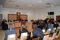Největší jihlavská soudní síň praskala ve švech. Každý z obžalovaných měl na svém místě cedulku se jménem. Zasedací pořádek organizovala justiční stráž.