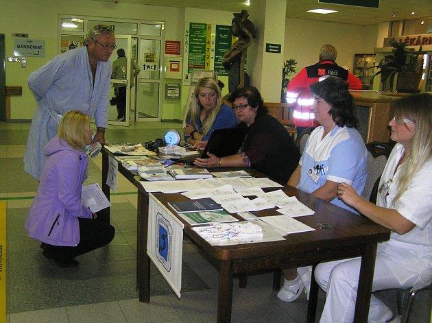 Ukázky kompenzačních pomůcek zajistil a zajímavé  informace podal  návštěvníkům nemocnice Svaz neslyšících a nedoslýchavých.