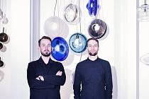 Jakub Pollag a Václav Mlynár ze Studia deFORM s jejich kolekcí nazvanou Orbital.